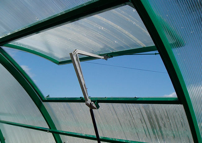 Установка форточки для теплицы из поликарбоната, автомат и механика