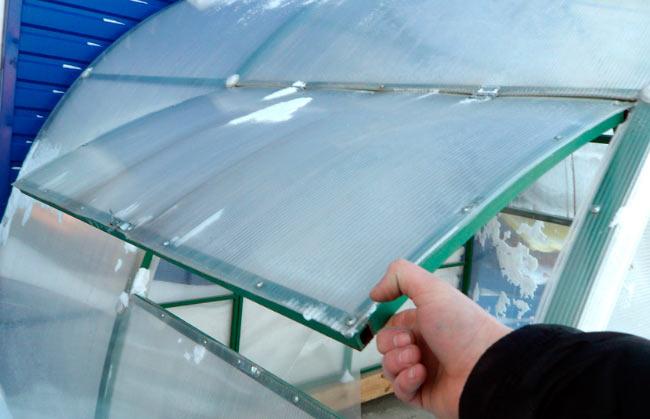 Как сделать форточки на теплице поликарбонат своими руками